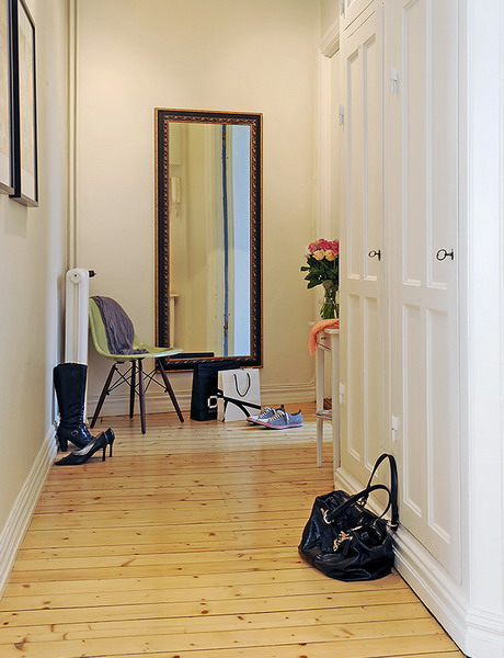 decorating hallway with vertical mirror