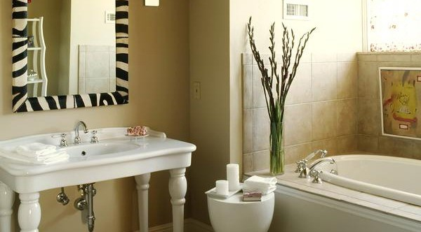 More ideas on using the zebra print for the interior for Animal print bathroom ideas