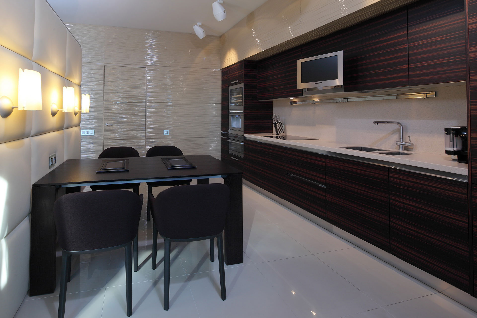 Фото интерьера кухни пентхауса в стиле минимализм.